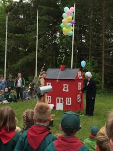 Så har Carl fået balloner på huset, som børnene har samlet