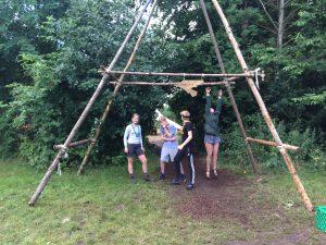 Troppen byggede en flot indgangsportal til Filip Gruppes lejrplads. Frie Fugle er navnet på troppen.
