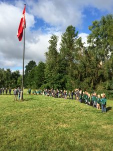 Hver morgen mødtes vi alle på centret og hejste flaget