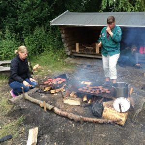 Bøffer til burgere bliver grillet på bålet