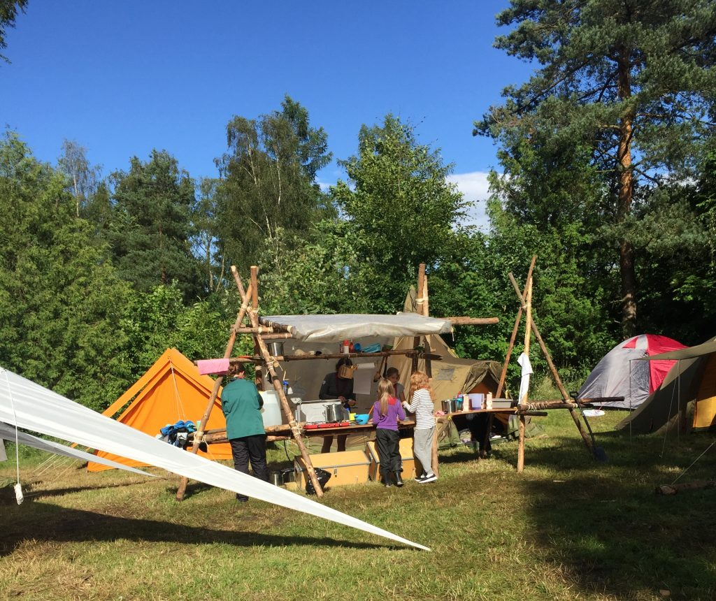 Flokkens lejrplads, med køkkenet i centrum